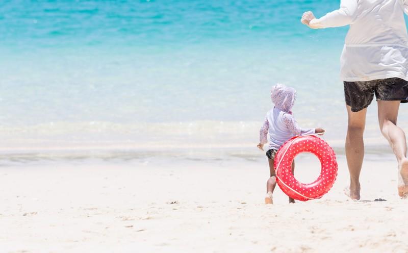 私と子供 海辺を走る