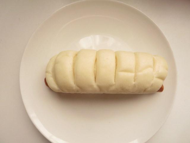 ローソン 糖質オフのふっくらとしたポークウィンナーとチーズのロール 糖質10.9g 外見