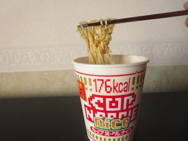 糖質オフのカップ麺カップヌードルナイス 麺をつまんだところ