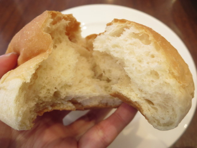 ロイヤルホストの低糖質パン 中身を割った時