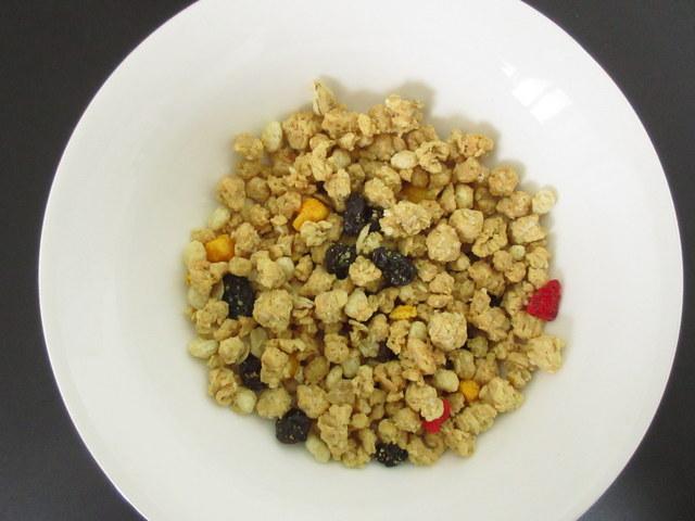 イオン トップバリュ 糖質30%オフ フルーツグラノーラ 50gを食器に出したところ