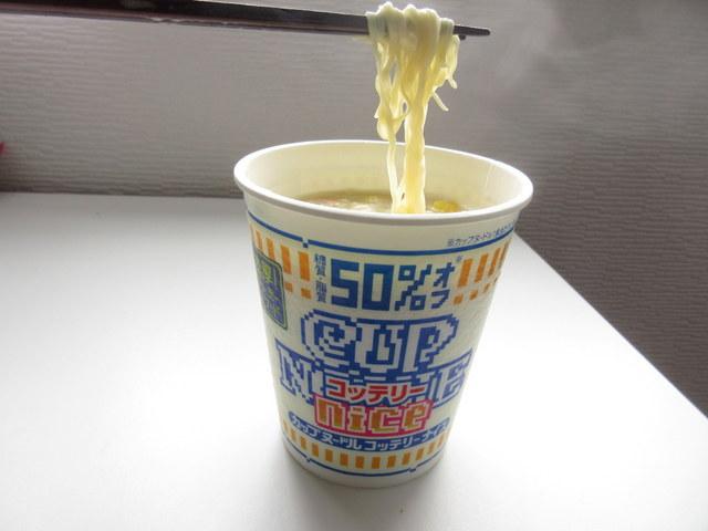糖質オフのカップ麺カップヌードルナイス 濃厚!クリームシーフード 麺をお箸であげた
