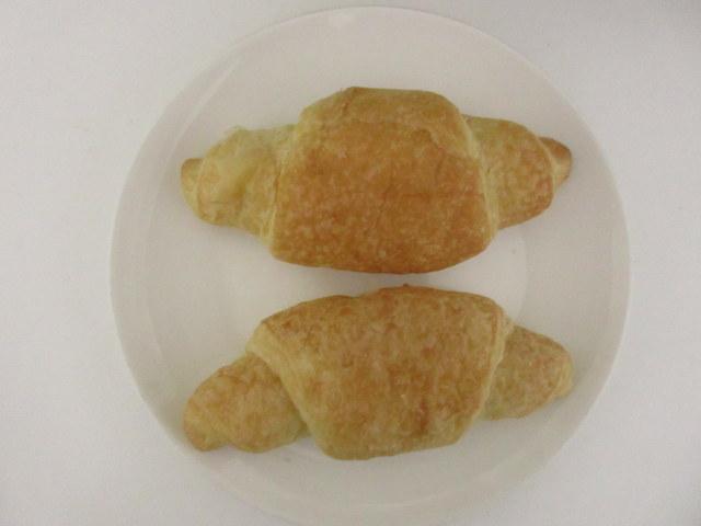 ヤマザキ×ウエルシア 糖質を抑えたクロワッサン 2個入 開けてお皿に乗せたところ