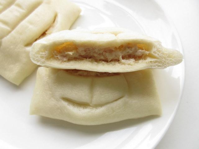ローソン 糖質オフのしっとりパン 和風ツナ 2個入り 糖質量5.9g/一個 半分に切った中身