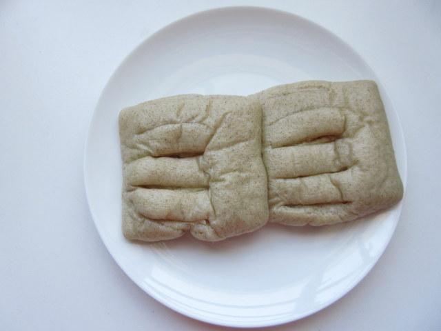 大麦のしっとりパン 和風ツナ パッケージから出したところ