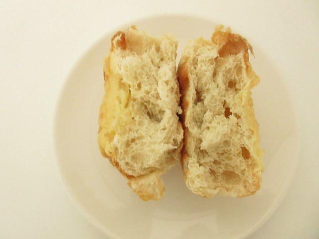 糖質を控えたチーズブレッド 糖質12.6g 半分に切ったところ